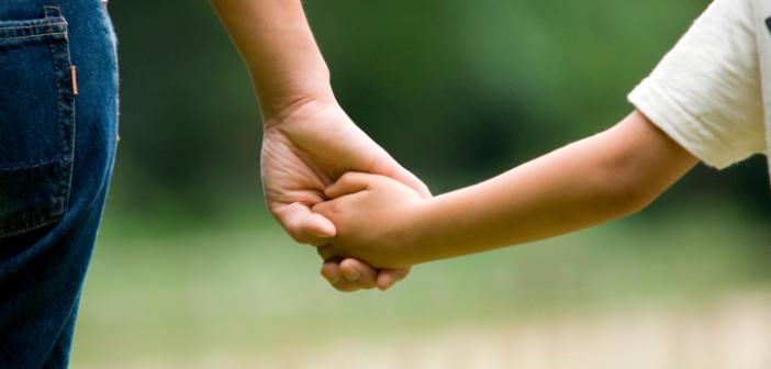 bambino-mamma-per-mano